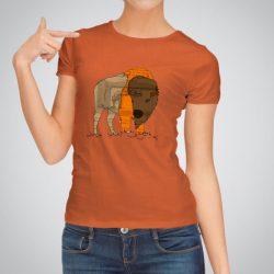 Дамска тениска Бизон е изработена от висококачествен памук и последно поколение технология на печат. Ярки цветове и прецизен детайл – сякаш някой е рисувал с четка и бои върху плата.
