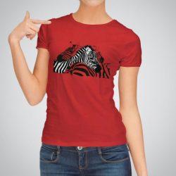 Дамска тениска Двойка Зебри е изработена от висококачествен памук и последно поколение технология на печат. Ярки цветове и прецизен детайл – сякаш някой е рисувал с четка и бои върху плата.