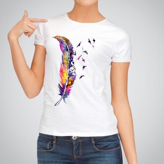 Дамска тениска Голямо Перо е изработена от висококачествен памук и последно поколение технология на печат. Ярки цветове и прецизен детайл – сякаш някой е рисувал с четка и бои върху плата.