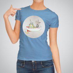 Дамска тениска Лодка е изработена от висококачествен памук и последно поколение технология на печат. Ярки цветове и прецизен детайл – сякаш някой е рисувал с четка и бои върху плата.
