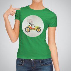 Дамска тениска На път е изработена от висококачествен памук и последно поколение технология на печат. Ярки цветове и прецизен детайл – сякаш някой е рисувал с четка и бои върху плата.
