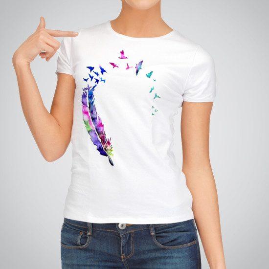 Дамска тениска Перо И Птици е изработена от висококачествен памук и последно поколение технология на печат. Ярки цветове и прецизен детайл – сякаш някой е рисувал с четка и бои върху плата.