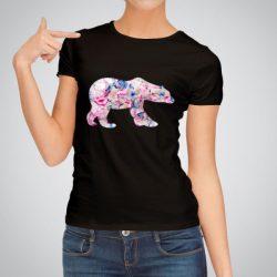 Дамска тениска Полярна Мечка е изработена от висококачествен памук и последно поколение технология на печат. Ярки цветове и прецизен детайл – сякаш някой е рисувал с четка и бои върху плата.