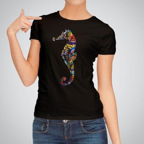 Дамска тениска Цветно Морско Конче е изработена от висококачествен памук и последно поколение технология на печат. Ярки цветове и прецизен детайл – сякаш някой е рисувал с четка и бои върху плата.
