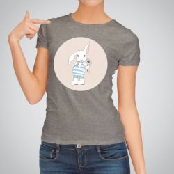 Дамска тениска Зайче с цвете е изработена от висококачествен памук и последно поколение технология на печат. Ярки цветове и прецизен детайл – сякаш някой е рисувал с четка и бои върху плата.