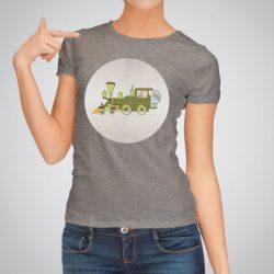 Дамска тениска Зеленият влак е изработена от висококачествен памук и последно поколение технология на печат. Ярки цветове и прецизен детайл – сякаш някой е рисувал с четка и бои върху плата.