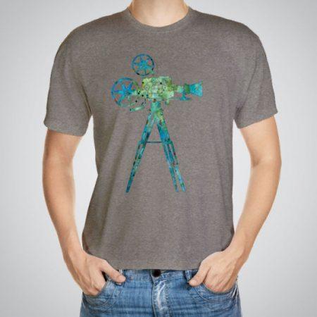 Мъжка тениска Камера e изработена от висококачествен памук с ярки цветове и прецизен детайл – сякаш някой е рисувал с четка и бои върху плата.