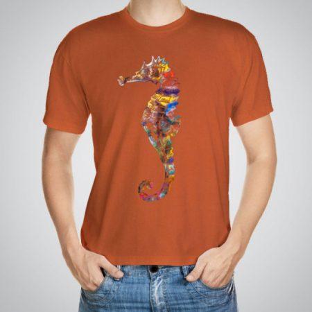 Мъжка тениска Цветно морско конче e изработена от висококачествен памук с ярки цветове и прецизен детайл – сякаш някой е рисувал с четка и бои върху плата.
