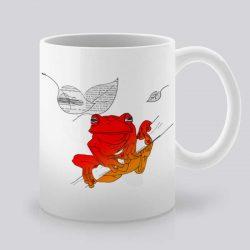Сутрешната чаша кафе или чай става още по-приятна, с дизайнерската ни керамична чаша с щампа Червена жаба.