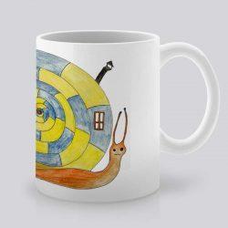 Сутрешната чаша кафе или чай става още по-приятна, с дизайнерската ни керамична чаша с щампа Охлюв с къща.