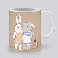 Сутрешната чаша кафе или чай става още по-приятна, с дизайнерската ни керамична чаша с щампа Поляна с маргаритки.