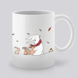 Сутрешната чаша кафе или чай става още по-приятна, с дизайнерската ни керамична чаша с щампа Стопли ме.
