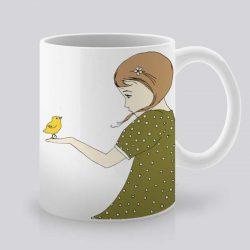 Сутрешната чаша кафе или чай става още по-приятна, с дизайнерската ни керамична чаша с щампа Жълта птичка и момиче.