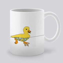 Сутрешната чаша кафе или чай става още по-приятна, с дизайнерската ни керамична чаша с щампа Жълто пате.