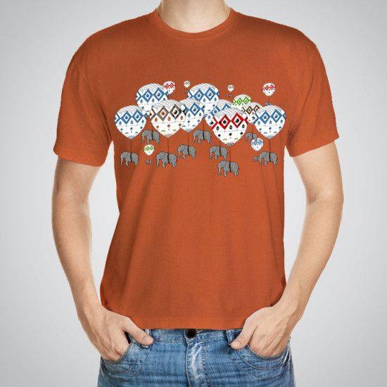 Мъжка тениска Балони в небето e изработена от висококачествен памук с ярки цветове и прецизен детайл – сякаш някой е рисувал с четка и бои върху плата.