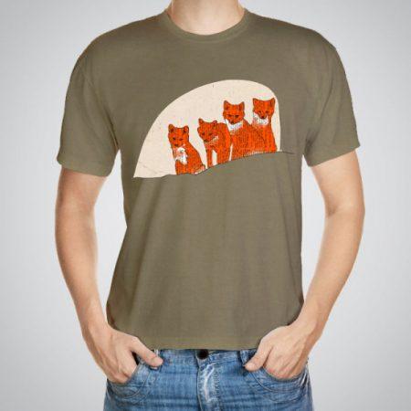Мъжка тениска Лисици e изработена от висококачествен памук с ярки цветове и прецизен детайл – сякаш някой е рисувал с четка и бои върху плата.