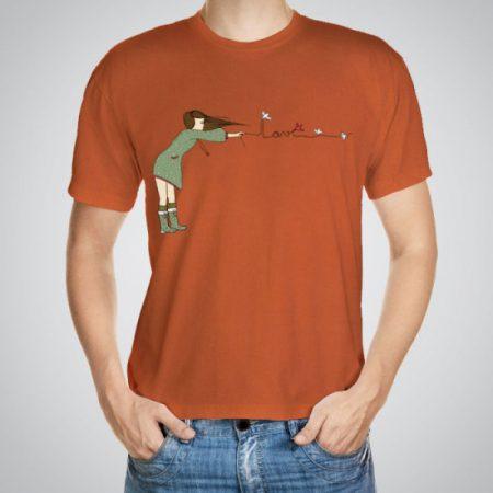 Мъжка тениска Любов във въздуха e изработена от висококачествен памук с ярки цветове и прецизен детайл – сякаш някой е рисувал с четка и бои върху плата.