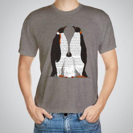 Мъжка тениска Семейство пингвини e изработена от висококачествен памук с ярки цветове и прецизен детайл – сякаш някой е рисувал с четка и бои върху плата.