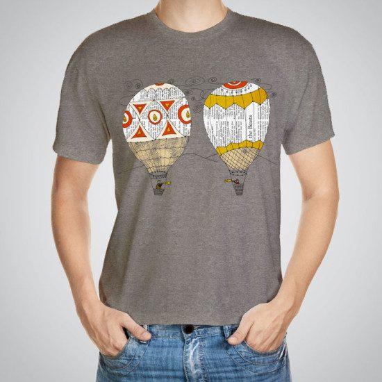 Мъжка тениска Във въздуха e изработена от висококачествен памук с ярки цветове и прецизен детайл – сякаш някой е рисувал с четка и бои върху плата.