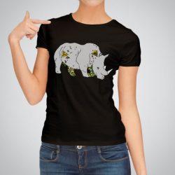 Дамска тениска Готин носорог е изработена от висококачествен памук и последно поколение технология на печат. Ярки цветове и прецизен детайл – сякаш някой е рисувал с четка и бои върху плата.