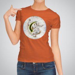 Дамска тениска Гущер е изработена от висококачествен памук и последно поколение технология за печат. Цветовете са ярки и наситени, сякаш някой е рисувал върху тениската.