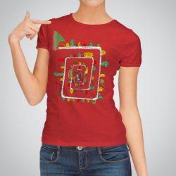 Дамска тениска Лабиринт е изработена от висококачествен памук и последно поколение технология за печат. Цветовете са ярки и наситени, сякаш някой е рисувал върху тениската.