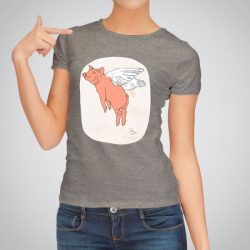Дамска тениска Летящо прасе е изработена от висококачествен памук и последно поколение технология за печат. Цветовете са ярки и наситени, сякаш някой е рисувал върху тениската.
