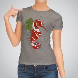 Дамска тениска Морско конче е изработена от висококачествен памук и последно поколение технология за печат. Цветовете са ярки и наситени, сякаш някой е рисувал върху тениската.