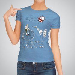Дамска тениска с принт Колоездач е изработена от висококачествен памук и последно поколение технология за печат. Цветовете са ярки и наситени, сякаш някой е рисувал върху тениската.