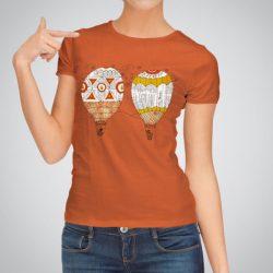 Дамска тениска Във Въздуха е изработена от висококачествен памук и последно поколение технология за печат. Цветовете са ярки и наситени, сякаш някой е рисувал върху тениската.