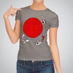 Дамска тениска Японски риби е изработена от висококачествен памук и последно поколение технология за печат. Цветовете са ярки и наситени, сякаш някой е рисувал върху тениската.