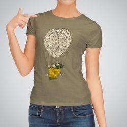 Дамска тениска Зелени небеса е изработена от висококачествен памук и последно поколение технология за печат. Цветовете са ярки и наситени, сякаш някой е рисувал върху тениската.