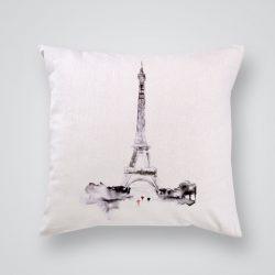 Декоративна калъфка Айфеловата кула в сиво е изработена от качествен текстил в натурален бял цвят, с щампа от едната страна и скрит цип за лесна поддръжка. Калъфката е ушита ръчно и с грижа, печатът е безопасен, с нетоксични мастила и трайни цветове.