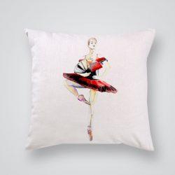 Декоративна калъфка Балерина с ветрило е изработена от качествен текстил в натурален бял цвят, с щампа от едната страна и скрит цип за лесна поддръжка. Калъфката е ушита ръчно и с грижа, печатът е безопасен, с нетоксични мастила и трайни цветове.