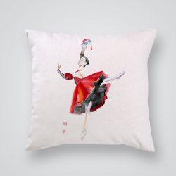Декоративна калъфка Балерина в червено е изработена от качествен текстил в натурален бял цвят, с щампа от едната страна и скрит цип за лесна поддръжка. Калъфката е ушита ръчно и с грижа, печатът е безопасен, с нетоксични мастила и трайни цветове.