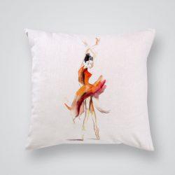 Декоративна калъфка Балерина в оранжево е изработена от качествен текстил в натурален бял цвят, с щампа от едната страна и скрит цип за лесна поддръжка. Калъфката е ушита ръчно и с грижа, печатът е безопасен, с нетоксични мастила и трайни цветове.