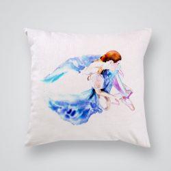 Декоративна калъфка Балерина в синя рокля е изработена от качествен текстил в натурален бял цвят, с щампа от едната страна и скрит цип за лесна поддръжка. Калъфката е ушита ръчно и с грижа, печатът е безопасен, с нетоксични мастила и трайни цветове.