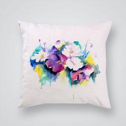 Декоративна калъфка Бели и лилави цветя е изработена от качествен текстил в натурален бял цвят, с щампа от едната страна и скрит цип за лесна поддръжка. Калъфката е ушита ръчно и с грижа, печатът е безопасен, с нетоксични мастила и трайни цветове.