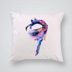 Декоративна калъфка Безтегловност е изработена от качествен текстил в натурален бял цвят, с щампа от едната страна и скрит цип за лесна поддръжка. Калъфката е ушита ръчно и с грижа, печатът е безопасен, с нетоксични мастила и трайни цветове.