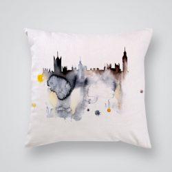 Декоративна калъфка Биг Бен е изработена от качествен текстил в натурален бял цвят, с щампа от едната страна и скрит цип за лесна поддръжка. Калъфката е ушита ръчно и с грижа, печатът е безопасен, с нетоксични мастила и трайни цветове.