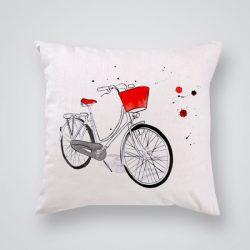 Декоративна калъфка Червено колело е изработена от качествен текстил в натурален бял цвят, с щампа от едната страна и скрит цип за лесна поддръжка. Калъфката е ушита ръчно и с грижа, печатът е безопасен, с нетоксични мастила и трайни цветове.