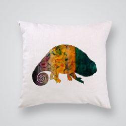 Декоративна калъфка Хамелеон е изработена от качествен текстил в натурален бял цвят, с щампа от едната страна и скрит цип за лесна поддръжка. Калъфката е ушита ръчно и с грижа, печатът е безопасен, с нетоксични мастила и трайни цветове.
