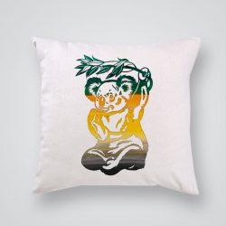Декоративна калъфка Коала е изработена от качествен текстил в натурален бял цвят, с щампа от едната страна и скрит цип за лесна поддръжка. Калъфката е ушита ръчно и с грижа, печатът е безопасен, с нетоксични мастила и трайни цветове.
