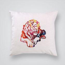 Декоративна калъфка Красив лъв е изработена от качествен текстил в натурален бял цвят, с щампа от едната страна и скрит цип за лесна поддръжка. Калъфката е ушита ръчно и с грижа, печатът е безопасен, с нетоксични мастила и трайни цветове.
