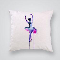Декоративна калъфка Лилава балерина е изработена от качествен текстил в натурален бял цвят, с щампа от едната страна и скрит цип за лесна поддръжка. Калъфката е ушита ръчно и с грижа, печатът е безопасен, с нетоксични мастила и трайни цветове.