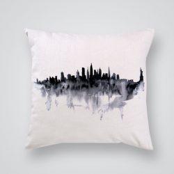 Декоративна калъфка Нощен Ню Йорк е изработена от качествен текстил в натурален бял цвят, с щампа от едната страна и скрит цип за лесна поддръжка. Калъфката е ушита ръчно и с грижа, печатът е безопасен, с нетоксични мастила и трайни цветове.