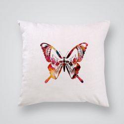 Декоративна калъфка Пеперуда и череп е изработена от качествен текстил в натурален бял цвят, с щампа от едната страна и скрит цип за лесна поддръжка. Калъфката е ушита ръчно и с грижа, печатът е безопасен, с нетоксични мастила и трайни цветове.
