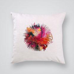 Декоративна калъфка Риба фугу е изработена от качествен текстил в натурален бял цвят, с щампа от едната страна и скрит цип за лесна поддръжка. Калъфката е ушита ръчно и с грижа, печатът е безопасен, с нетоксични мастила и трайни цветове.