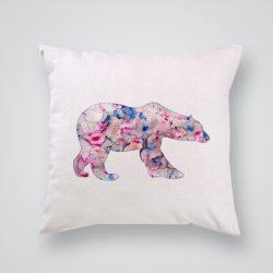 Декоративна калъфка Розова полярна мечка е изработена от качествен текстил в натурален бял цвят, с щампа от едната страна и скрит цип за лесна поддръжка. Калъфката е ушита ръчно и с грижа, печатът е безопасен, с нетоксични мастила и трайни цветове.