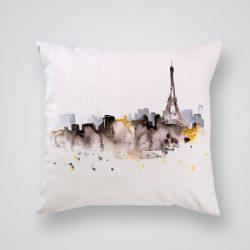 Декоративна калъфка Сенки от Париж е изработена от качествен текстил в натурален бял цвят, с щампа от едната страна и скрит цип за лесна поддръжка. Калъфката е ушита ръчно и с грижа, печатът е безопасен, с нетоксични мастила и трайни цветове.